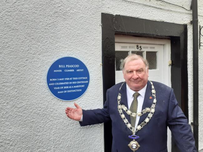 Peter Kendall unveils the blue plaque